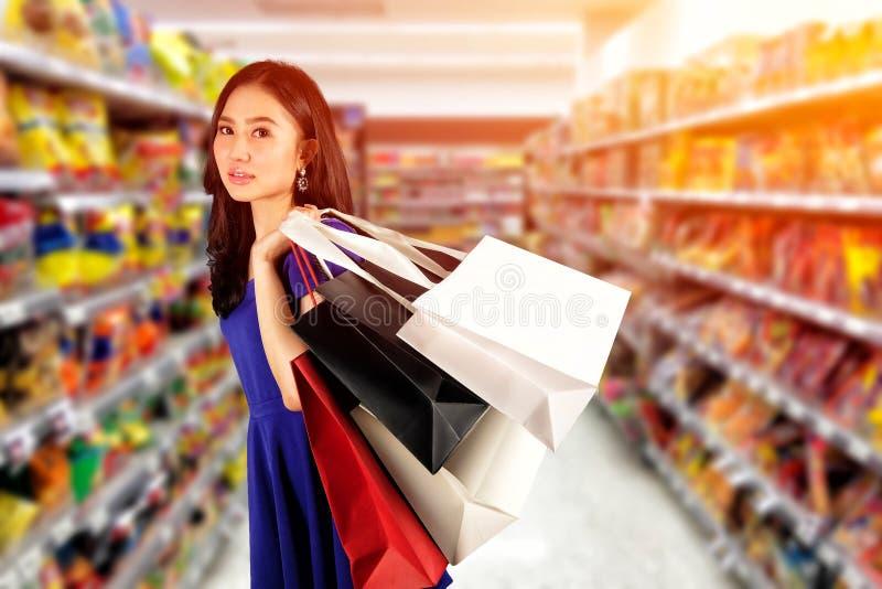 Einkaufsfrau mit Einkaufstaschen lizenzfreies stockbild