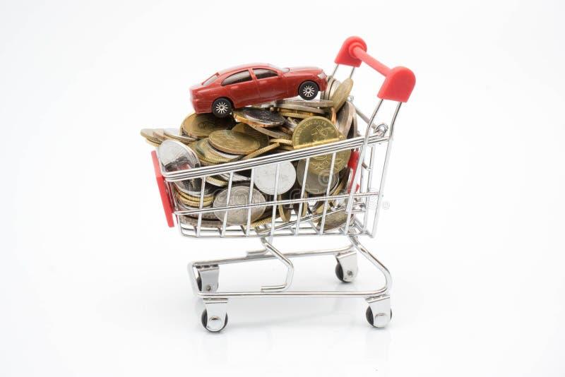 Einkaufskonzept-, -laufkatzen-, -münzen- und -spielzeugauto stockfoto