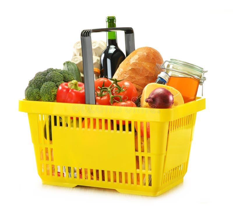 Einkaufskorb und Lebensmittelgeschäfte getrennt auf Weiß stockfotos