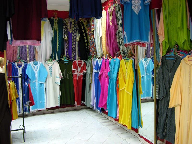 Einkaufsstraße in Marrakesch mit einem Kleidungsshop lizenzfreies stockfoto