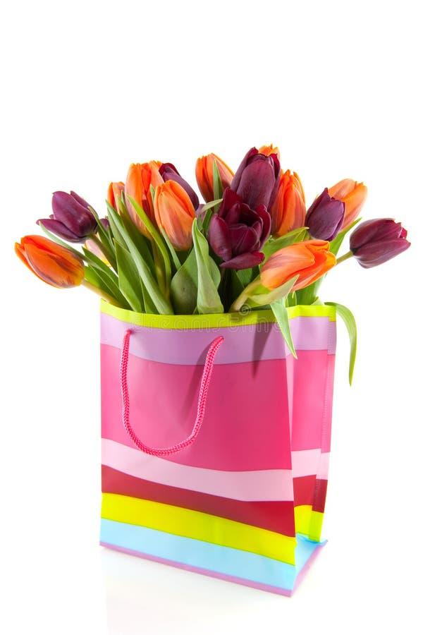 Einkaufstasche ful der Tulpen stockfoto
