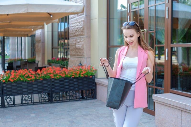 Einkaufstasche haltene und lächelnde Schönheit - draußen lizenzfreie stockfotografie