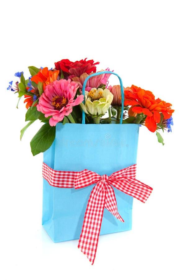 Einkaufstasche mit Blumen stockbild