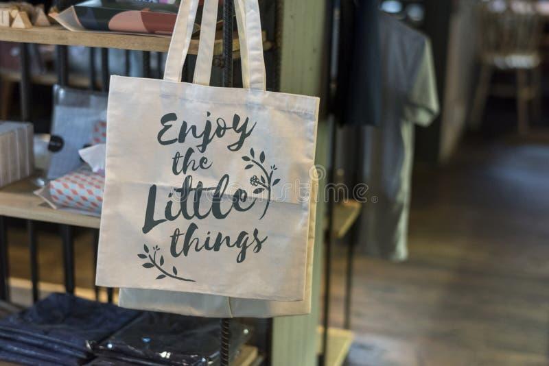 Einkaufstasche mit dem Phrase ` genießen das Kleinigkeiten ` stockbild