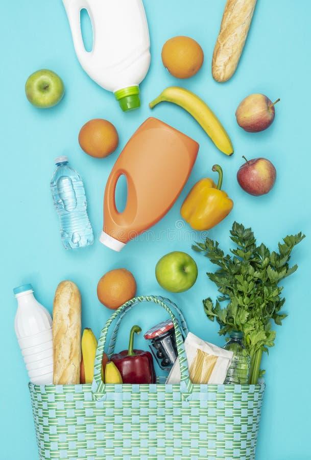 Einkaufstasche mit frischen Lebensmittelgesch?ftprodukten stockbilder