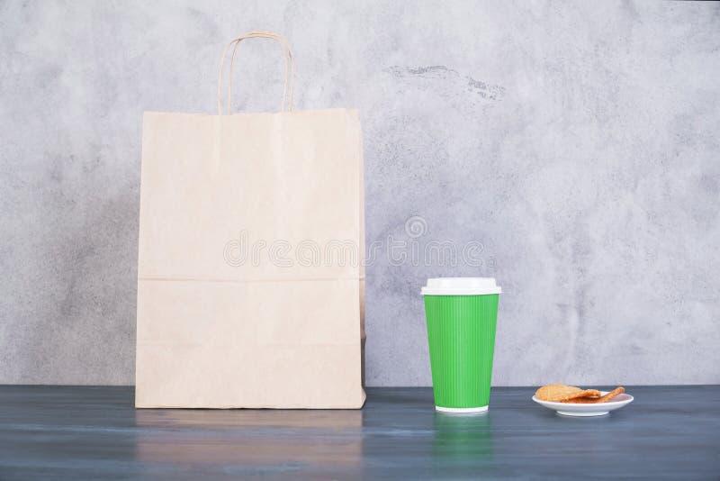 Einkaufstasche, Plätzchen und Kaffee stockbild