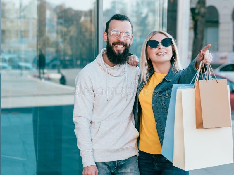 Einkaufsverbraucherschutzbewegungsmann-Frauentaschen der paare städtische lizenzfreies stockbild