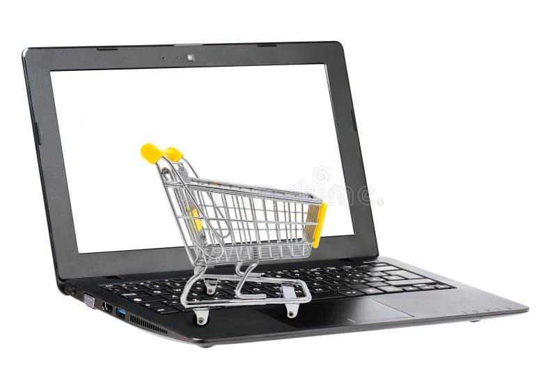 Einkaufswagen auf Tastatur des Schwarzlaptops des leeren Bildschirms lokalisiert auf Weiß Konzept des elektronischen Gesch?ftsver lizenzfreies stockbild