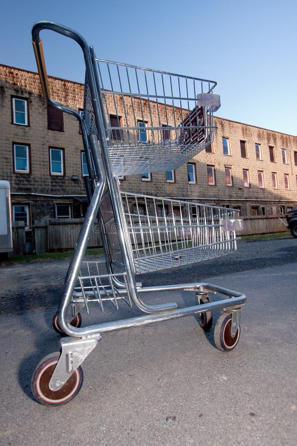 Einkaufswagen im Gebäude-Parkplatz lizenzfreie stockfotografie