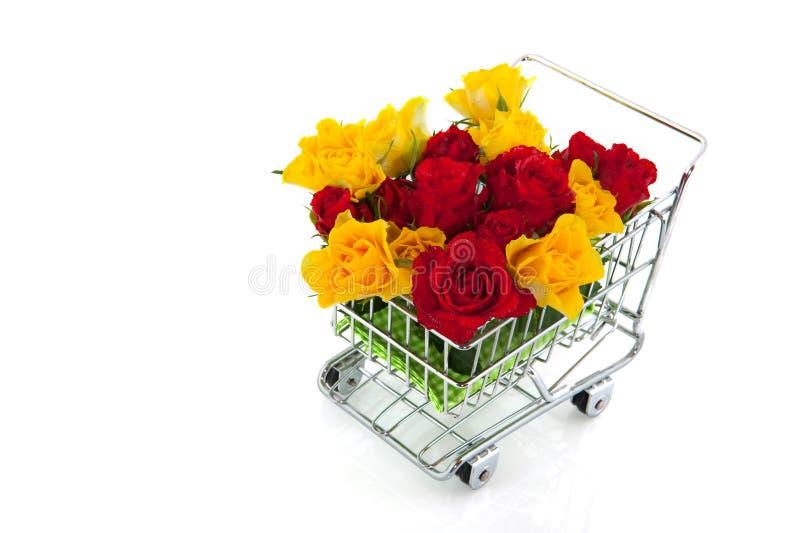 Einkaufswagen mit Rosen lizenzfreies stockbild