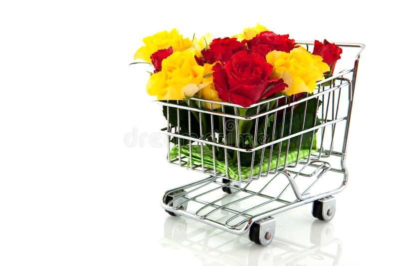 Einkaufswagen mit Rosen lizenzfreie stockbilder