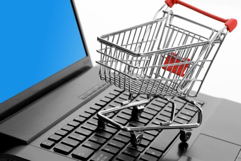 Einkaufswagen- und Computertastatur stockfotos