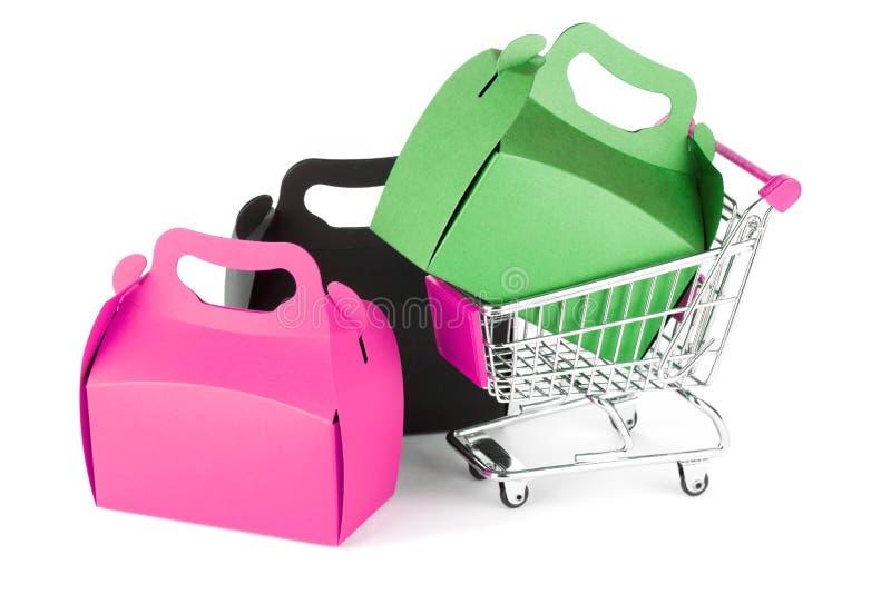 Einkaufswagen und Geschenkkästen lizenzfreies stockfoto