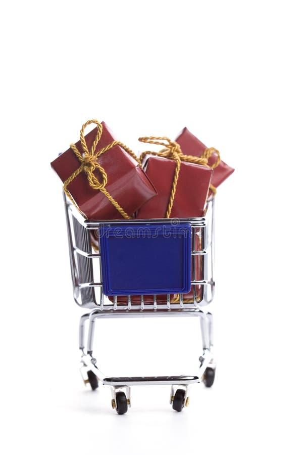 Einkaufswagen voll mit Weihnachtsgeschenkkasten lizenzfreie stockfotos