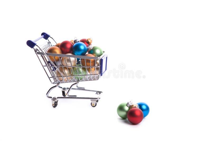 Einkaufswagen voll mit Weihnachtskugeln lizenzfreie stockbilder