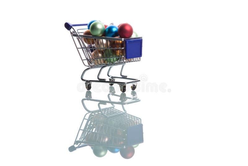 Einkaufswagen voll mit Weihnachtskugeln lizenzfreies stockbild