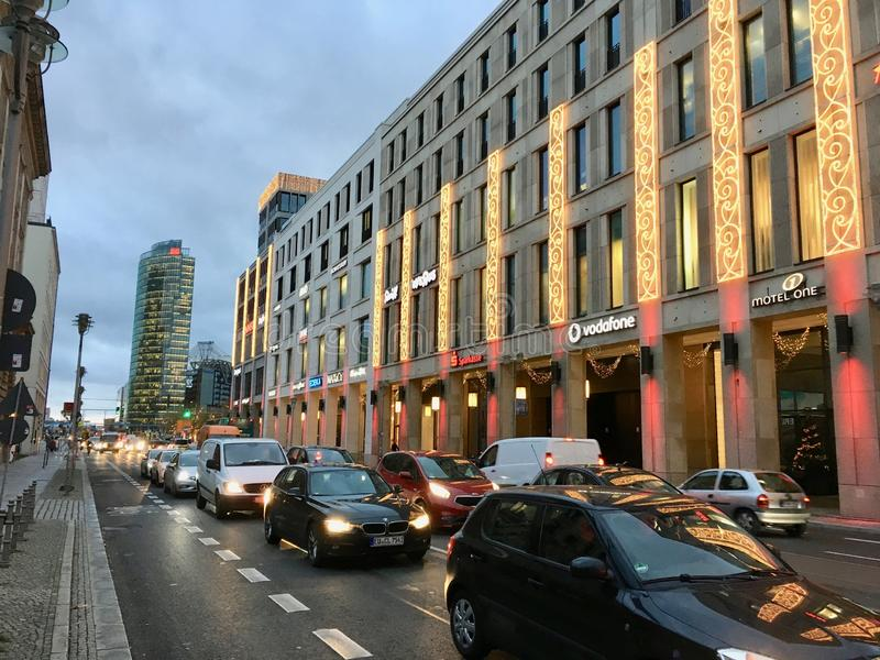Einkaufszentrum von Berlin Exterior mit Weihnachtsdekoration, Weihnachtsbaum und Lichter und Potsdamer Platz im Hintergrund lizenzfreie stockfotos