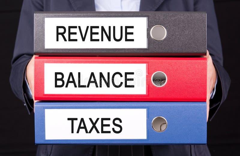 Einkommensbalance und -steuern stockbild