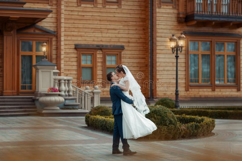 Einkreisende Braut des Bräutigams stockbilder