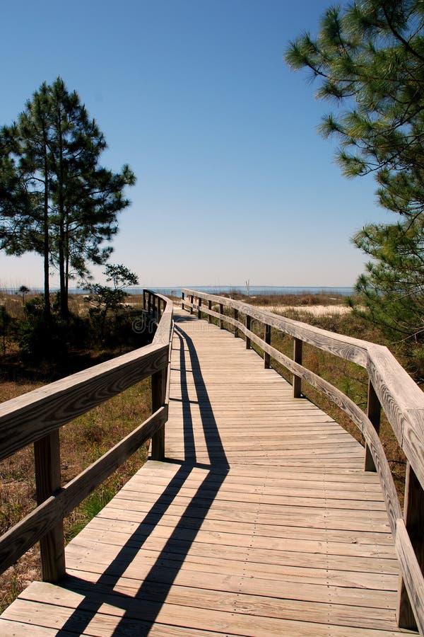 Einladende Promenade zum auf den Strand zu setzen stockfotos