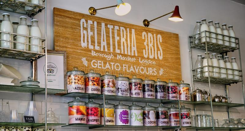 Einladendes Gelato-Schaufenster mit Retro- Milchflaschen stockfoto