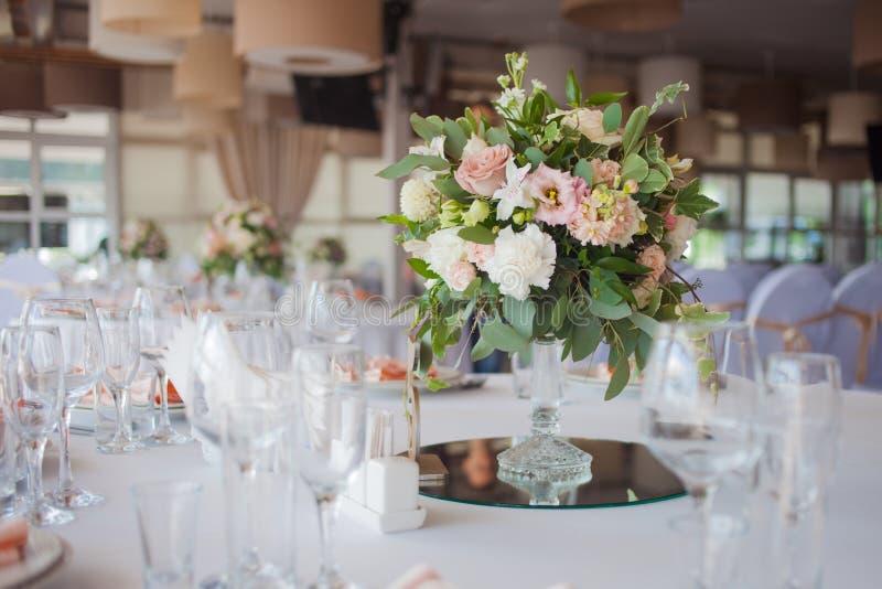 Einladungskarte mit Perlendekoration und Rosen Boutonniere auf weißem Hintergrund Blumen im Restaurant, Gedeck stockfotografie