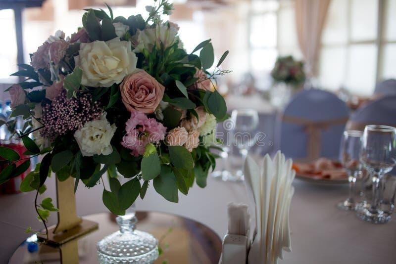 Einladungskarte mit Perlendekoration und Rosen Boutonniere auf weißem Hintergrund Blumen im Restaurant, Gedeck stockfotos