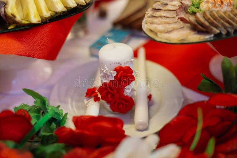 Einladungskarte mit Perlendekoration und Rosen Boutonniere auf weißem Hintergrund Tabelle für die Jungvermählten im Freien Violet stockfotografie