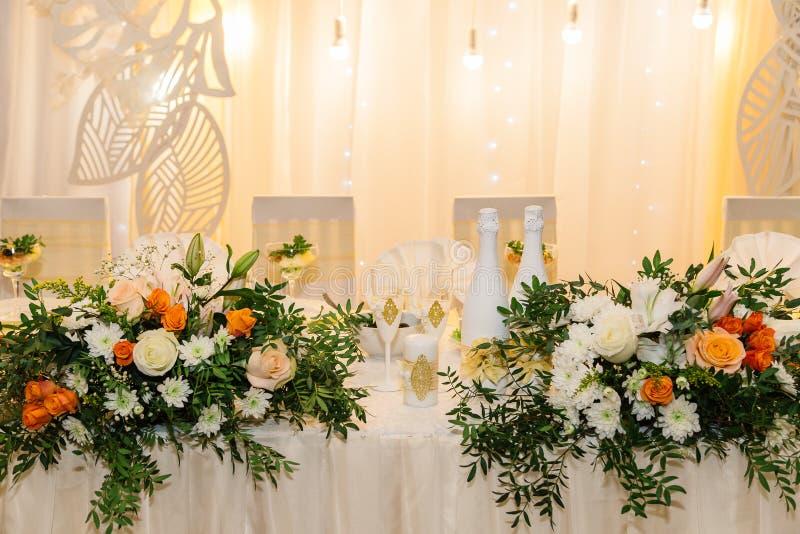 Einladungskarte mit Perlendekoration und Rosen Boutonniere auf weißem Hintergrund Tabelle für die Jungvermählten im Freien Violet lizenzfreie stockbilder