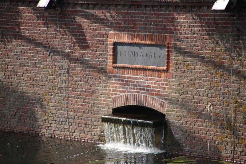 Einlass des Süßwassers vom Beek im Hofvijver in Den Haag entlang dem Parliamentbuilding des Binnenhof in den Niederlanden stockbilder