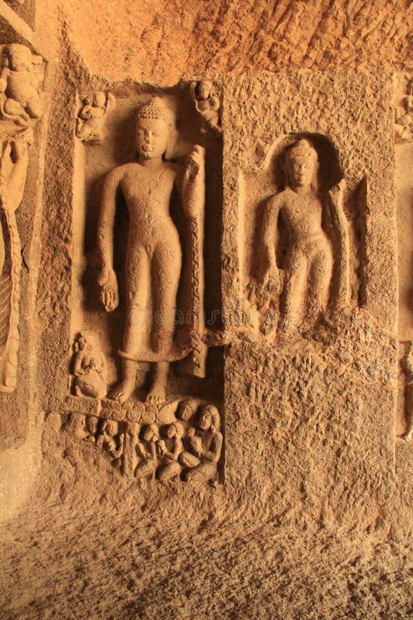 Einlegearbeitskulpturen in der buddhistischen Höhle lizenzfreies stockfoto