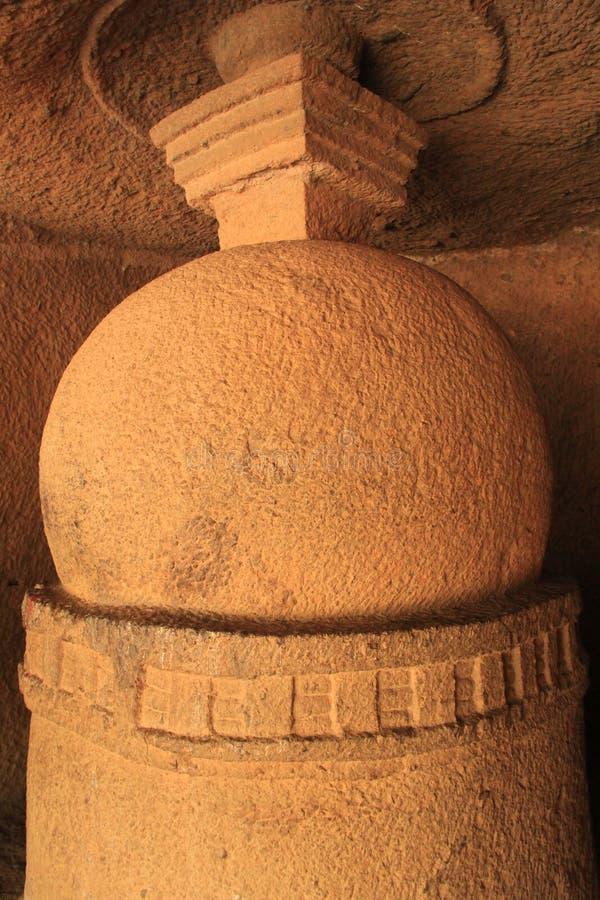 Einlegearbeitskulpturen in der buddhistischen Höhle stockbild