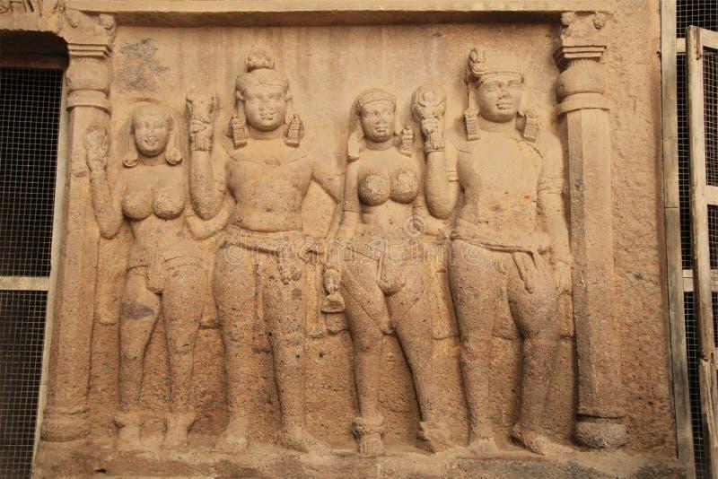 Einlegearbeitskulpturen in der tiefen buddhistischen Höhle stockbild