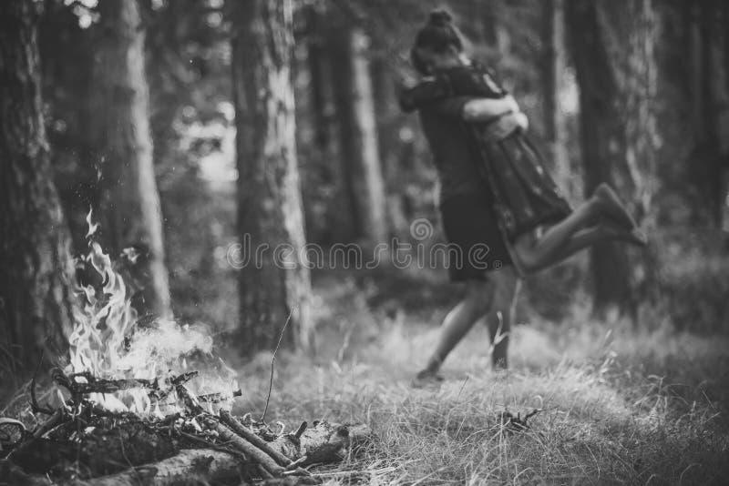 Einleitung - Paar in der Liebe Feuerflamme im Wald mit unscharfen Paaren in der Liebe umarmen stockbilder