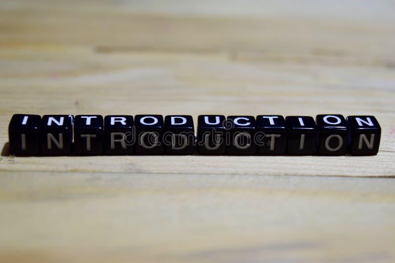 Einleitungsmitteilung geschrieben auf Holzklötze stockfotos