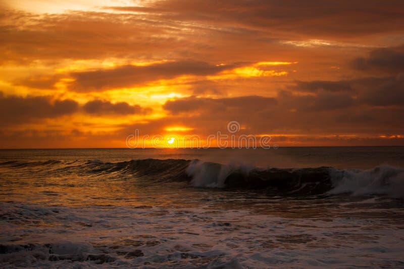 einmal einen schönen Sonnenaufgang der Lebenszeit über dem Indischen Ozean, laufen Wellen an der großen Ozeanstraße, Victoria, Au stockfotografie