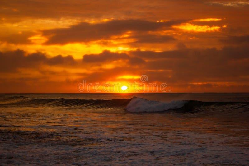 einmal einen sch?nen Sonnenaufgang der Lebenszeit ?ber dem Indischen Ozean, laufen Wellen an der gro?en Ozeanstra?e, Victoria, Au lizenzfreies stockbild