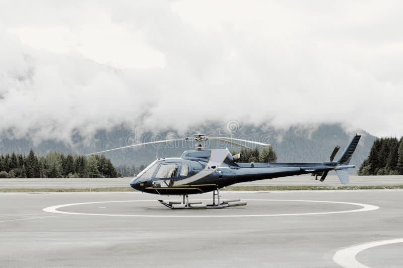 Einmotoriger Hubschrauber auf Plattform stockfotografie