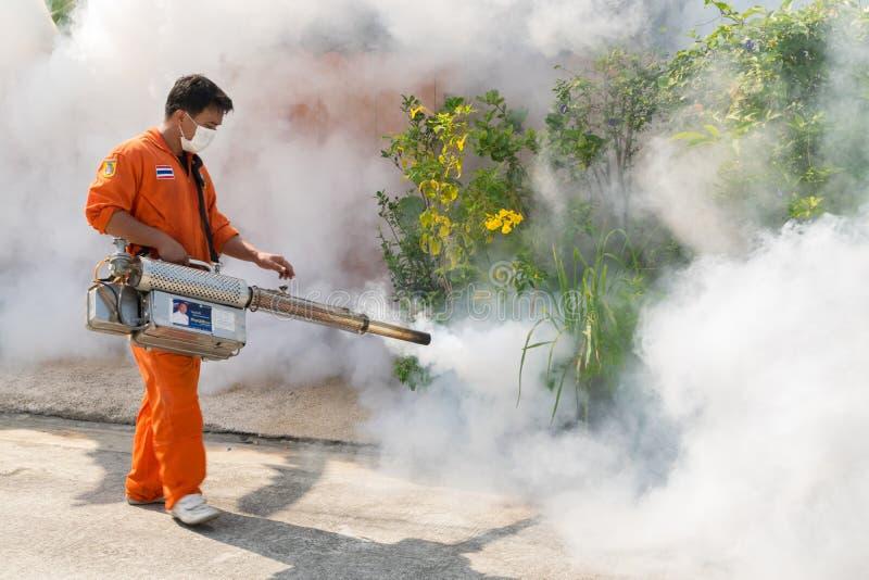 Einnebelung des DDT-Spray-Tötungsmoskitos lizenzfreie stockbilder