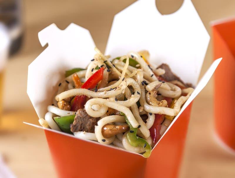 Einnehmen gesunder asiatischer Nudelgerichte stockfotos