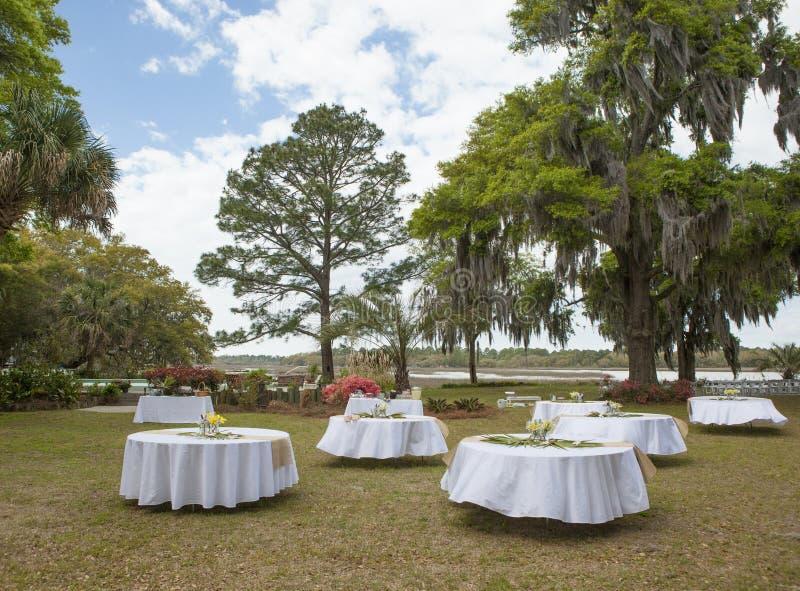 Einrichtung für Hochzeitsempfang im Freien lizenzfreies stockbild