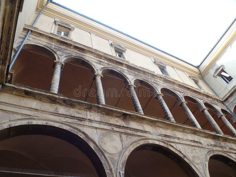 Eins der vielen porticoes von Bologna, Italien lizenzfreie stockfotografie