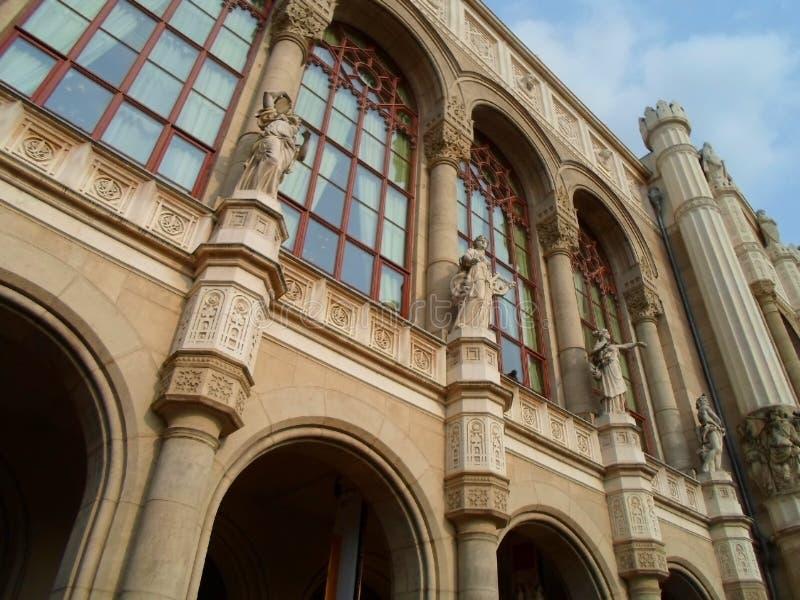 Eins von historischen Gebäuden in Budapest mit interessanten Details stockfoto