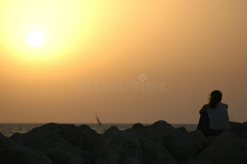 Einsam am Sonnenuntergang lizenzfreie stockbilder