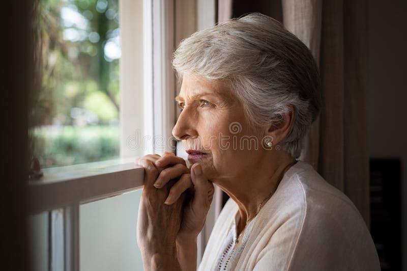 Einsame ältere Frau stockfotos