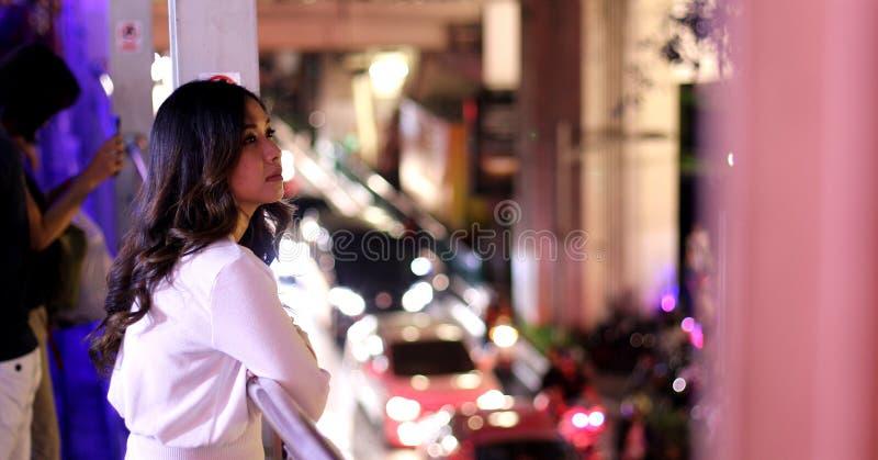 Einsame asiatische Frau, im Freien in der Nacht stockfotos