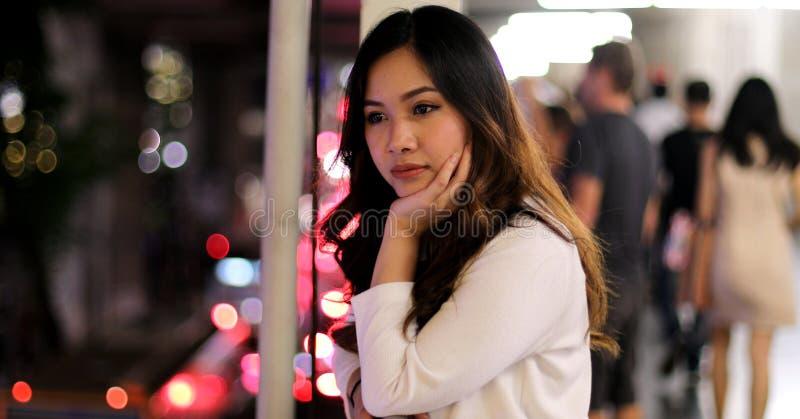 Einsame asiatische Frau, im Freien in der Nacht stockbilder