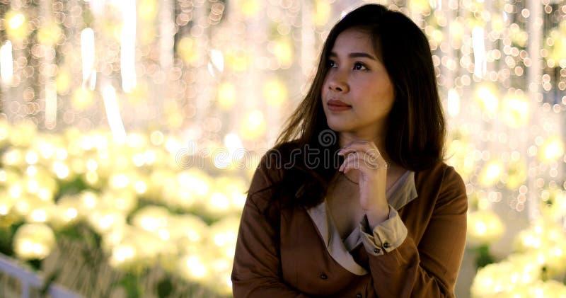 Einsame asiatische Frau, im Freien in der Nacht lizenzfreie stockbilder