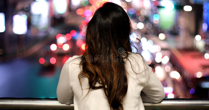 Einsame asiatische Frau, im Freien in der Nacht stockbild
