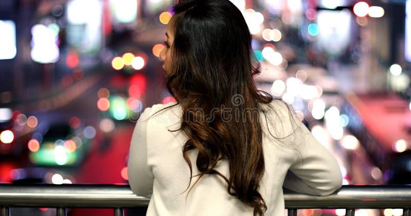 Einsame asiatische Frau, im Freien in der Nacht lizenzfreies stockbild